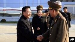 최룡해 북한 노동당 비서(왼쪽)가 17일 김정은 북한 국방위 제1위원장의 특사 자격으로 러시아로 떠나기 앞서 황병서 군 총정치국장과 평양 공항에서 악수하고 있다.