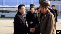 지난 2014년 11월 최룡해 북한 노동당 비서(왼쪽)가 김정은 북한 국방위 제1위원장의 특사 자격으로 러시아로 떠나기 앞서 황병서 군 총정치국장과 평양 공항에서 악수하고 있다. (자료사진)