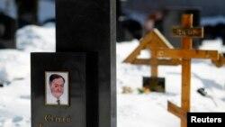 Gambar mendiang pengacara Rusia, Sergei Magnitsky, terlihat di makamnya di pemakaman Preobrazhensky di Moskow. (Foto: Dok)