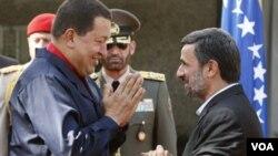 Presiden Iran, Mahmoud Ahmadinejad (kanan) menyambut kunjungan sekutunya, Presiden Venezuela Hugo Chavez di Teheran (foto: dok). Ahmadinejad melakukan lawatan lima hari ke Amerika Latin.