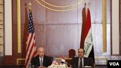 Wakil Presiden AS Joseph Biden bersama PM Irak Nouri al-Maliki di Baghdad 30 November 2011 lalu. Biden menelepon Maliki hari Minggu (25/12) membahas krisis politik di Irak.