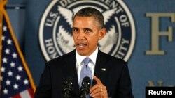 연방정부 폐쇄 사태가 2주째로 접어들었지만 해결의 실마리는 보이지 않는 가운데, 바락 오바마 미국 대통령이 7일 미연방재해관리국에서 연설하고 있다.