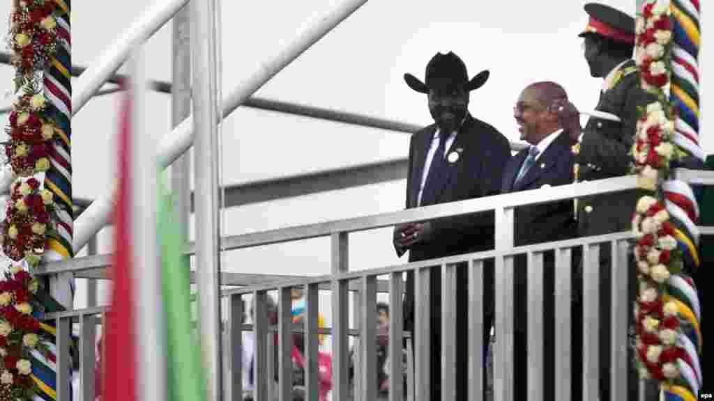 Le président de la République du Soudan du Sud, Salva Kiir, à gauche, se tient aux-côtés du président Omar Hassan El-Béchir du Soudan, au centre, pendant les célébrations de l'indépendance du Sud-Soudan, Juba, 09 Juillet 2011. epa/ GIORGO