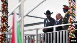 Le président de la République du Soudan du Sud, Salva Kiir Mayardit, à gauche, se tient aux-côtés du président Omar Hassan Al-Bashir du Soudan, au centre, pendant les célébrations de l'indépendance du Soudan du sud, à Juba, Soudan du sud, le 9 Juillet 2011. epa/ GIORGO