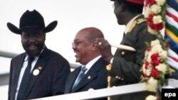 Le président de la République du Soudan du Sud, Salva Kiir Mayardit, à gauche, se tient aux-côtés du président Omar Hassan Al-Bashir du Soudan, au centre, pendant les célébrations du Sud-Soudan Indépendance, à Juba, Sud-Soudan 09 Juillet 2011. epa/ GIORGO