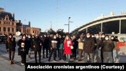 Los periodistas argentinos sostienen que encaran desafíos para cumplir su labor en medio de una estricta cuarentena.