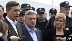 La présidente croate Kolinda Grabar Kitarovic, à droite, le président macédonien Gjorge Ivanov, centre et le président slovène Borut Pahor, à gauche, parlent aux médias au centre de transit pour réfugiés près de la ville macédonienne au sud de Gevgelija, près de la frontière avec la Grèce, le mercredi 13 Avril, 2016. (AP Photo/Boris Grdanoski)
