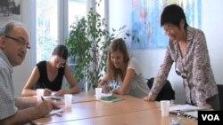 Meifen Chen (kanan) mengajar bahasa Mandarin di Paris. (Foto: VOA)