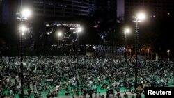 2020年6 月 4 日晚上的香港維多利亞公園,抗議者參加六四燭光紀念晚會,紀念 1989 年北京天安門廣場民主抗議鎮壓 31 週年。香港警方以防疫為由拒絕批准支聯會舉辦這個大規模年度紀念晚會。 (路透社資料照片)