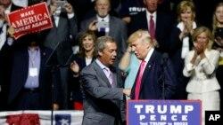 Tỷ phú Donald Trump, phải, và cựu chủ tịch Đảng Độc lập Anh Nigel Farage tại một cuộc mít tinh ở Jackson, Mississippi, 24/8/2016.