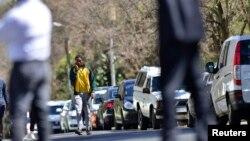 넬슨 만델라 전 남아공 대통령이 퇴원한지 하루만인 2일 손자 엠부소 만델라가 할아버지를 병문한 후 귀가하고 있다.