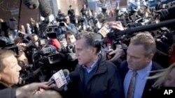 Mitt Romney (au c.) entouré de journalistes devant l'Ecole de Webster, à Manchester, NH (10 jan. 2012)
