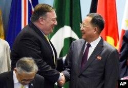Mike Pompeo, Kuzey Kore Dışişleri Bakanı Ri Yong Ho'yla el sıkışırken