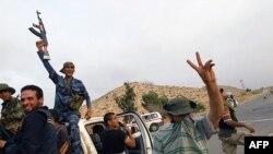 Các chiến binh phe nổi dậy vui mừng sau khi chiếm được Bir Ayyad một địa điểm cách thủ đô Tripoli khoảng 120 km