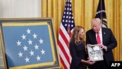 Президент Трамп с вдовой погибшего сержанта Чапмана, Валери