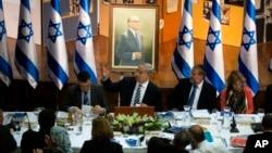 Thủ tướng Israel Benjamin Netanyahu (giữa) chủ tọa phiên họp nổi các hàng tuần tại Jerusalem, 21/7/13