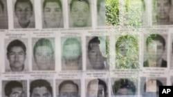 Sebagian foto 43 mahasiswa Meksiko yang hilang, yang diklaim jaksa telah dibakar oleh geng narkoba pada 2014.