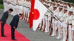 Thủ tướng Việt Nam Nguyễn Xuân Phúc trong chuyến thăm Nhật Bản năm 2017. Đứng bên cạnh ông là Thủ tướng Shinzo Abe.