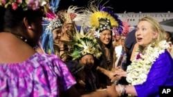 La secretaria de Estado Hillary Clinton es recibida en el aeropuerto internacional de Rarotonga, en las Islas Cook, donde inició una gira por el sudeste asiático.