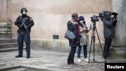 Policiers et journalistes au tribunal de Copenhague où sont jugés quatre complices présumés d'un attentat contre un rassemblement pour la liberté d'expression et une synagogue. (REUTERS/Emil Hougaard/Scanpix Denmark)
