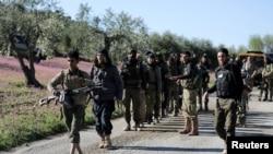 土耳其军队支持的叙利亚自由军进入叙利亚城镇阿夫林