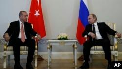 지난 9일 러시아 블라디보스토크에서 정상회담을 진행하고 있는 블라디미르 푸틴(오른쪽) 러시아 대통령과 레제프 타이이프 에르도안 터키 대통령. 이날 회담에서 양국 경제교류를 러시아 전투기 격추사건이 발생했던 지난해 11월 이전 수준으로 되돌리기로 합의했다.