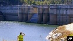 سڈنی کے قریب واقع وراگمبا ڈیم میں پانی کی سطح مسلسل گر رہی ہے۔ سڈنی کی 80 فی صد آبادی کا انحصار اس ڈیم کے پانی پر ہے۔