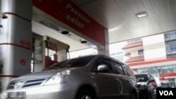 Sebuah mobil mewah mengisi bahan bakar premium di salah satu SPBU di kota Bandung. (VOA/R. Teja Wulan)