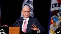 Bộ trưởng Tư pháp Jeff Sessions đang tích cực viết lại các quan điểm về vấn đề di trú nhiều hơn một cách bất thường so với những người tiền nhiệm của ông.