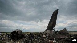 Puing-puing pesawat angkut militer Ukraina Il-76 dekat Luhansk, 14 Juni 2014.