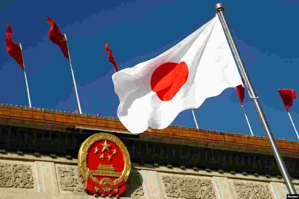 在欢迎日本首相安倍访华的仪式之前,日本国旗在北京人大会堂外飘扬。(2018年10月26日)