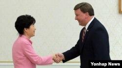 박근혜 한국 대통령이 28일 청와대에서 미국 하원 의원 대표단을 접견하기에 앞서 단장인 마이크 로저스 미 하원 군사위 전략군 소위원장(오른쪽)과 악수하고 있다.