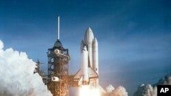美国航空航天局1981年4月12日首次发射哥伦比亚号时的情景。