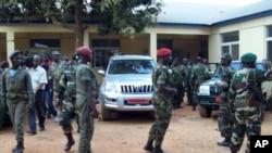 Các quân nhân Guinea Bissau rời khỏi một tòa nhà sau một cuộc họp hôm 13/4/12