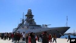 Spaseni migranti iskrcavaju se sa broda italijanske mornarice u luci Augusta u Siciliji.
