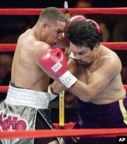 拳王卡马丘(左)在一场拳击比赛中(资料照片)