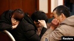 Anggota keluarga pesawat Malaysia yang hilang ketika mendengarkan briefing dari perwakilan maskapai itu di hotel di Beijing,18/3/2014.
