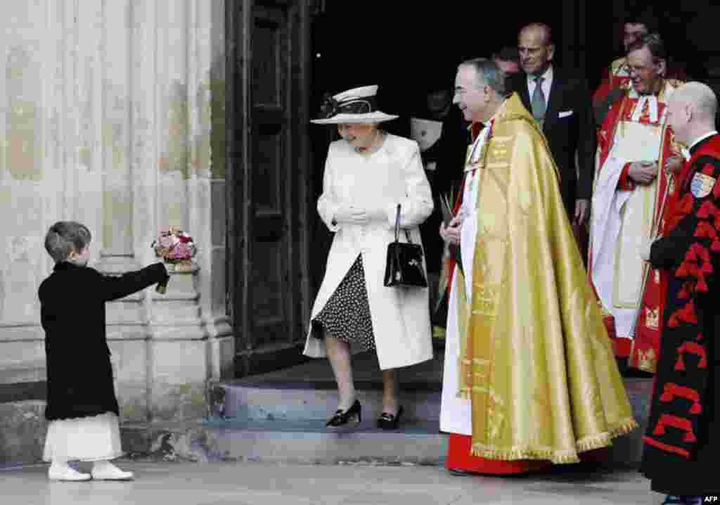 Bé gái Martha Campbell tặng hoa cho nữ hoàng sau thánh lễ tại nhà thờ Westminster, tháng 11, 2011. (Reuters)