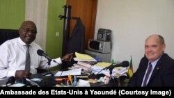 Éric Elliott, Vice Consul ambassade des États-Unis à Yaoundé, sensibilise les candidats camerounais aux principes de la loterie américaine 2019, lors d'une interview à la radio nationale,. (Facebook/Ambassade des Etats-Unis à Yaoundé)
