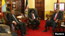 Thủ tướng Ethiopia Hailemariam Desalegn (L-R), Tổng thống Nam Sudan Salva Kiir và Tổng thống Kenya Uhuru Kenyatta (từ trái qua) họp tại thủ đô Juba, Nan Sudan,26/12/2013