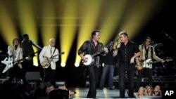 Steve Martin y Rascal Flatts durante la actuación en los premios de la Academia de la Música Country.