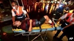 7일 타이완 수도 타이페이 구급대원들이 통근열차 폭발 사건 부상자를 후송하고 있다.