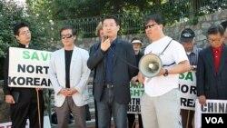 지난 2011년 9월 미국 워싱턴 주재 중국대사관 앞에서 중국 정부의 탈북자 강제북송 중단을 촉구하는 시위가 열렸다. 왼쪽 두번째가 김성민 한국 자유북한방송 대표.