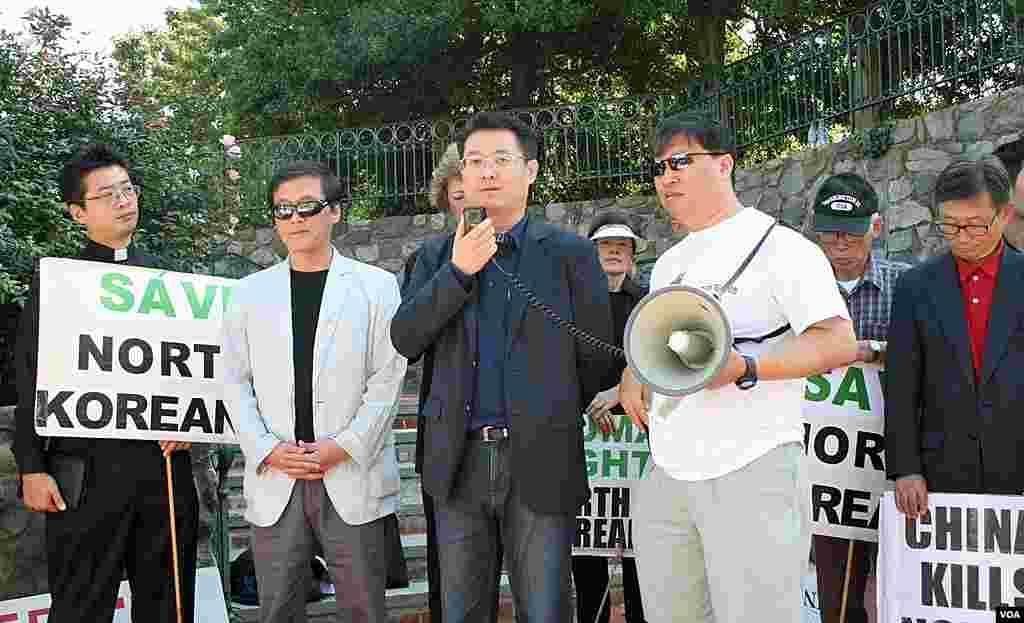 22일 미국 워싱턴 주재 중국대사관 앞에서 중국 정부의 탈북자 강제북송 중단을 촉구하는 시위가 열린 가운데, 중국 정부의 행동을 촉구하는 한국 북한기독교선교회 대표 박광일 목사. 왼쪽은 김성민 한국 자유북한방송 대표.