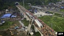 Nhân viên cứu hỏa Trung Quốc tại hiện trường tai nạn, ngày 24/7/2011