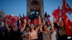 Orang-orang meneriakkan slogan-slogan saat mereka berkumpul dalam unjuk rasa pro-pemerintah di Lapangan Taksim, Istanbul pusat (16/7) (foto: AP Photo/Emrah Gurel)