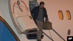 Jeffrey Fowle turun dari tangga pesawat Angkatan Udara AS, setibanya di pangkalan udara militer Wright-Patterson, Rabu pagi (23/10) di Dayton, Ohio.