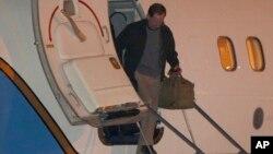북한에 억류되었다 석방된 제프리 에드워드 파울 씨가 22일 새벽 미국 오하이오주 데이톤의 공군기지에 도착해 비행기에서 내리고 있다.