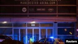 """Polisi berjaga di luar gedung """"Manchester Arena"""" tempat berlangsungnya konser Ariana Grande, pasca serangan di Manchester, Senin malam (22/5)."""