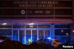 Polisi terlihat tengah memperketat keamanan di sekitar Manchester Arena, kawasan utara Inggris, lokasi konser artis penyanyi AS Ariana Grande menggelar konser di Manchester, Inggris, 23 Mei 2017. (REUTERS/Jon Super)